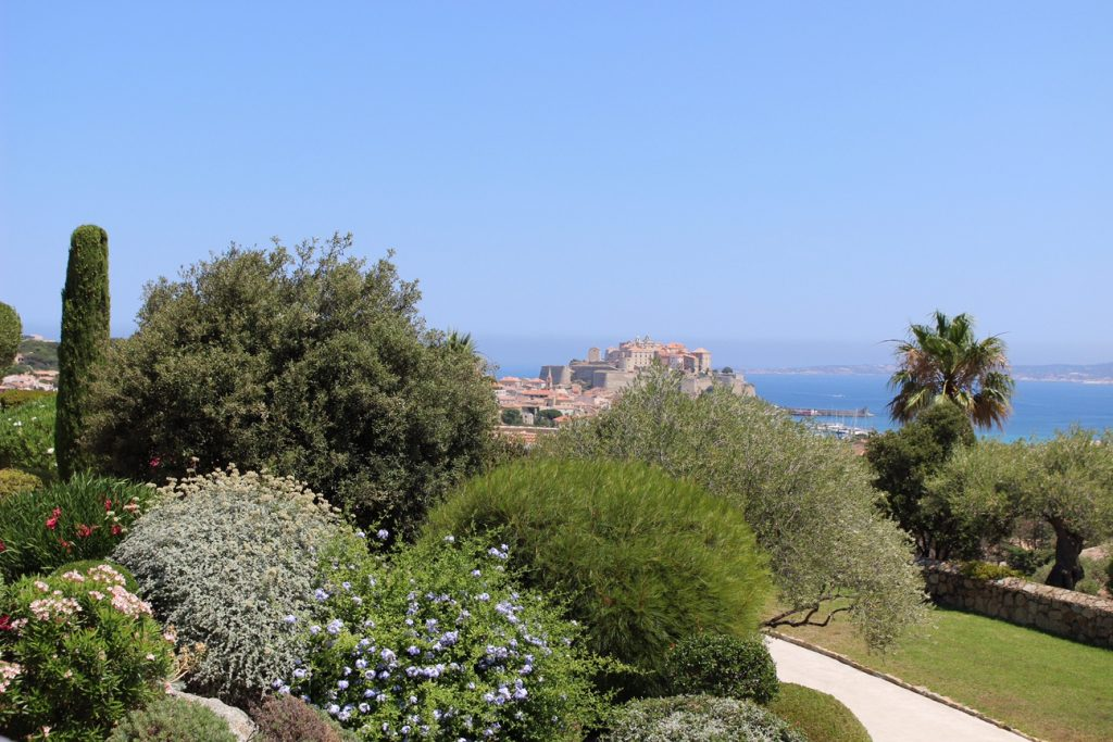 hotel-la-villa-calvi-corsega-avec-hannah-calvi-on-the-rocks-luxury-destination-4