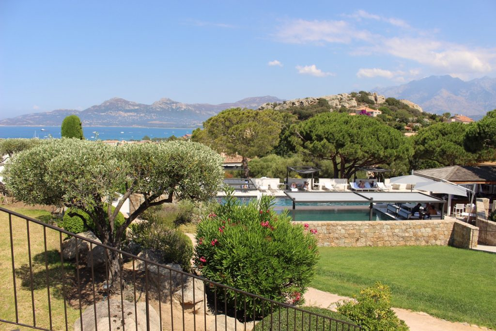 hotel-la-villa-calvi-corsega-avec-hannah-calvi-on-the-rocks-luxury-destination-5