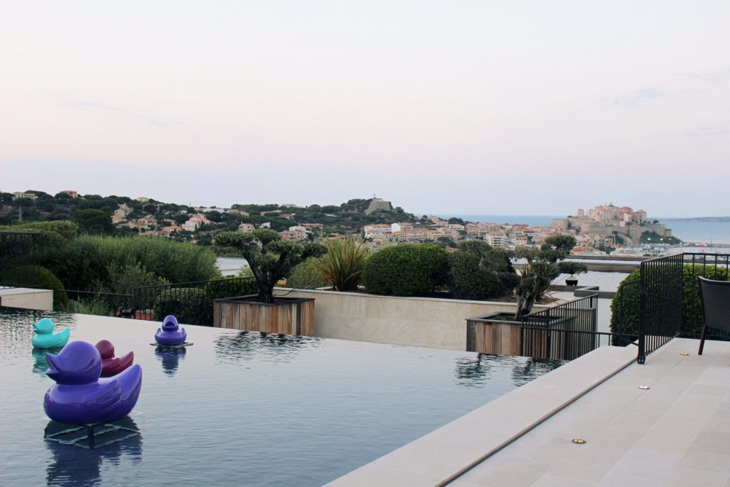hotel-la-villa-calvi-corsega-avec-hannah-calvi-on-the-rocks-luxury-destination-canard-sunset