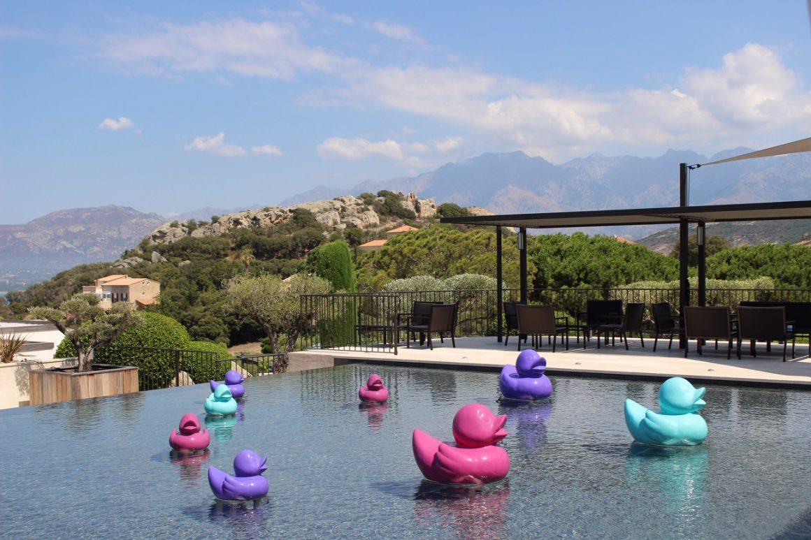 hotel-la-villa-calvi-corsega-avec-hannah-calvi-on-the-rocks-luxury-destination-piscine-canard
