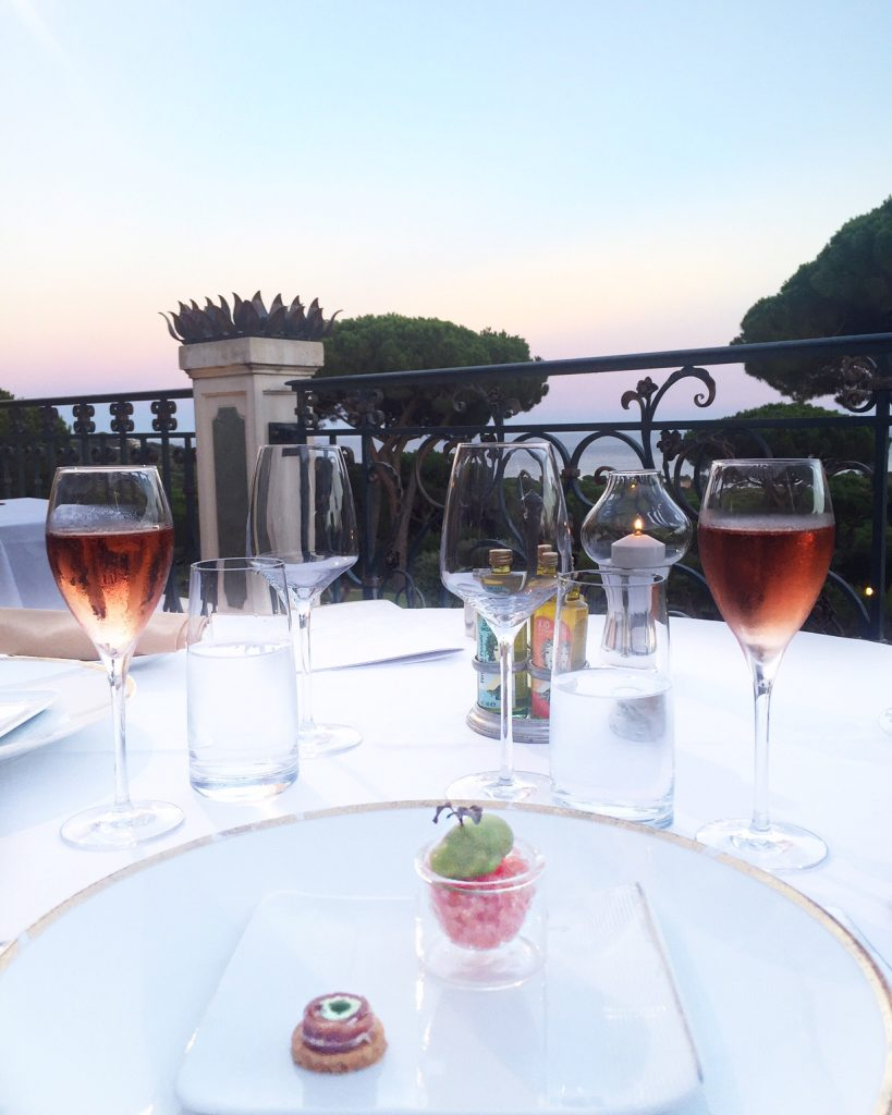 Messardiere-Shine-Mosaïque-Piscine-sunset-acacia-saint-tropez-avec-hannah-romao-luxury-destination-aperitif