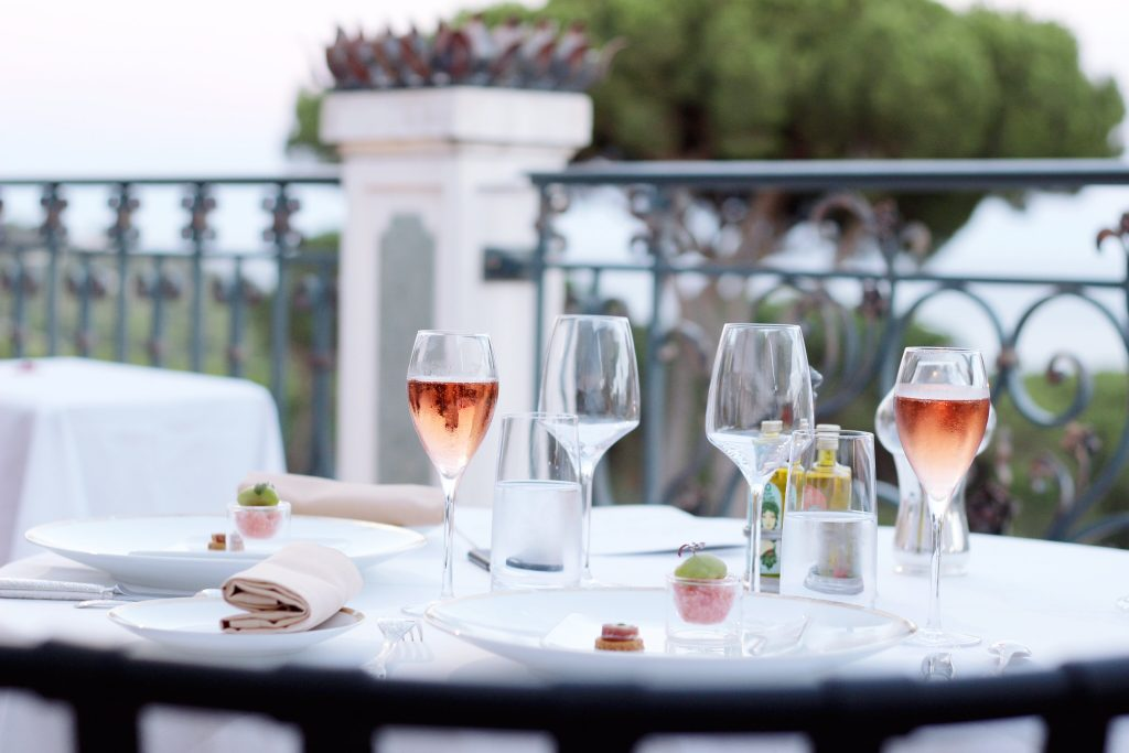 Messardiere-Shine-Mosaïque-Piscine-sunset-acacia-saint-tropez-avec-hannah-romao-luxury-destination-aperitif-amouse-bouche