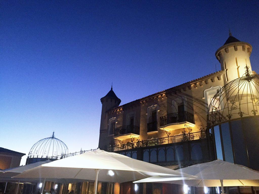 Messardiere-Shine-Mosaïque-Piscine-sunset-acacia-saint-tropez-avec-hannah-romao-luxury-destination-ou-diner-a-saint-tropez