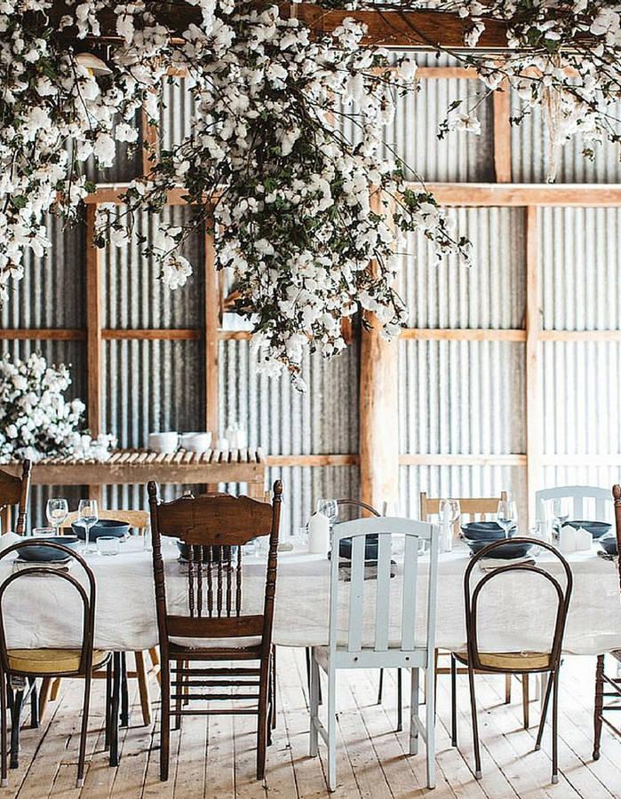 Choisir-des-chaises-depareillees-autour-de-la-table-de-mariage