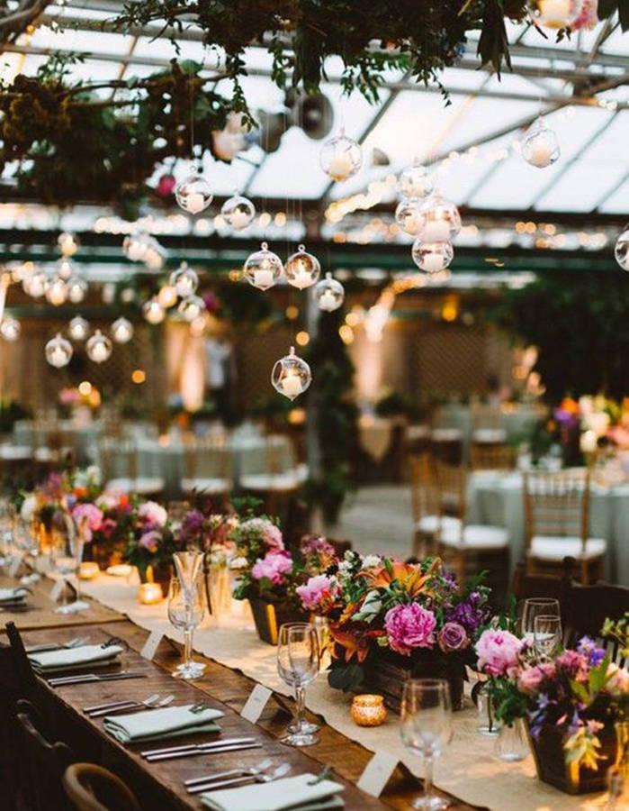 Installer-des-photophores-suspendus-au-dessus-de-la-table-de-mariage