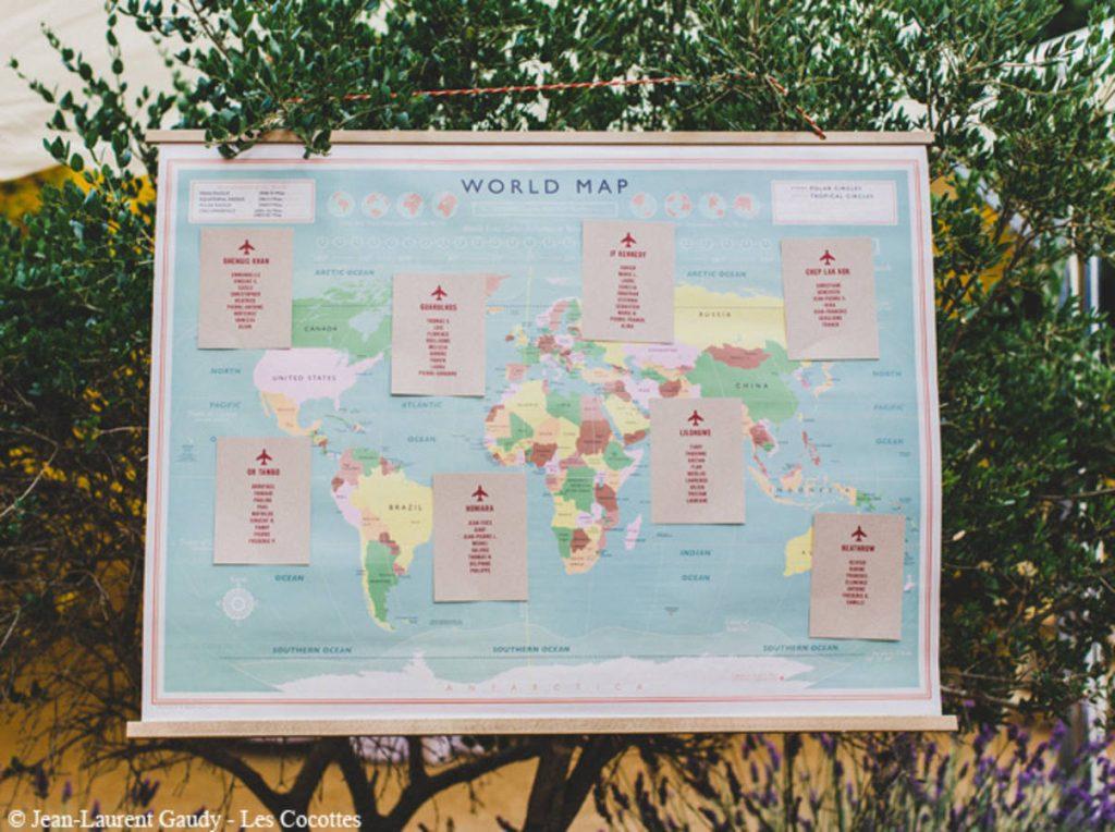 Un-plan-de-table-sur-une-carte-du-monde